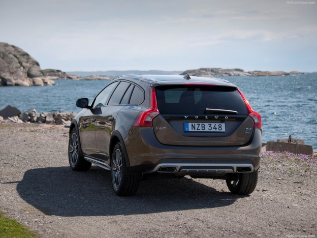 Фото Volvo V60 Cross Country 2016-2017 сзади