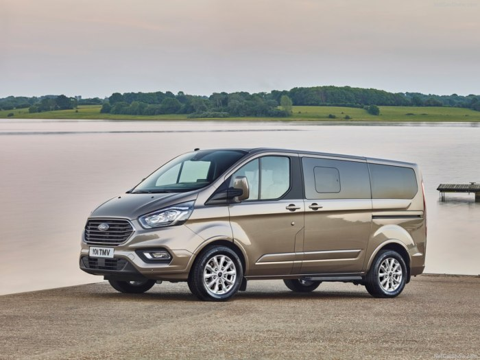 Ford Tourneo Custom 2017 - комплектации, цены и фото